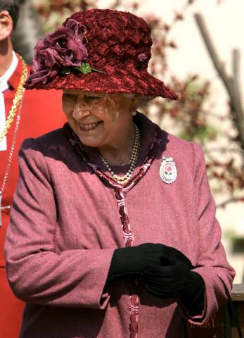 Queen Elizabeth, April 8, 2007 in Rachel Trevor Morgan | Royal Hats